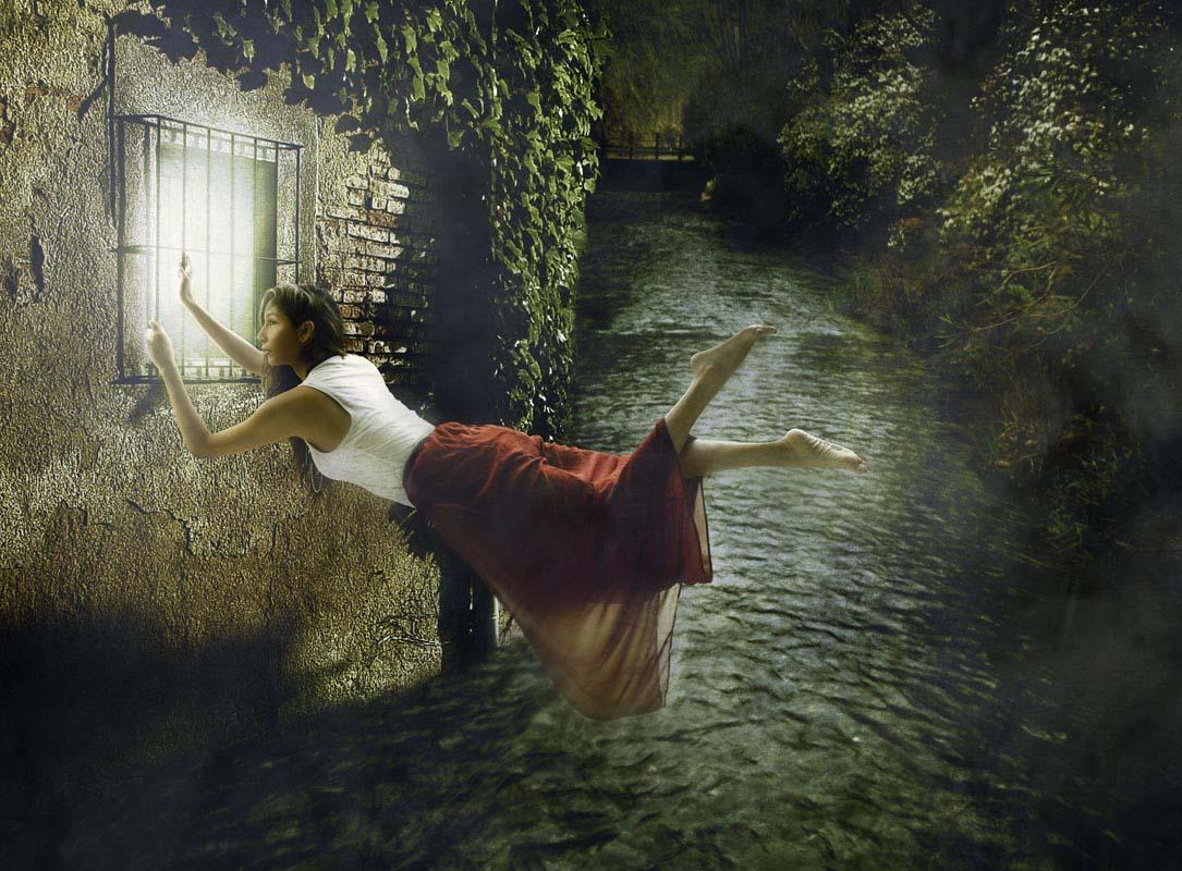 Brenda levita sobre el río.