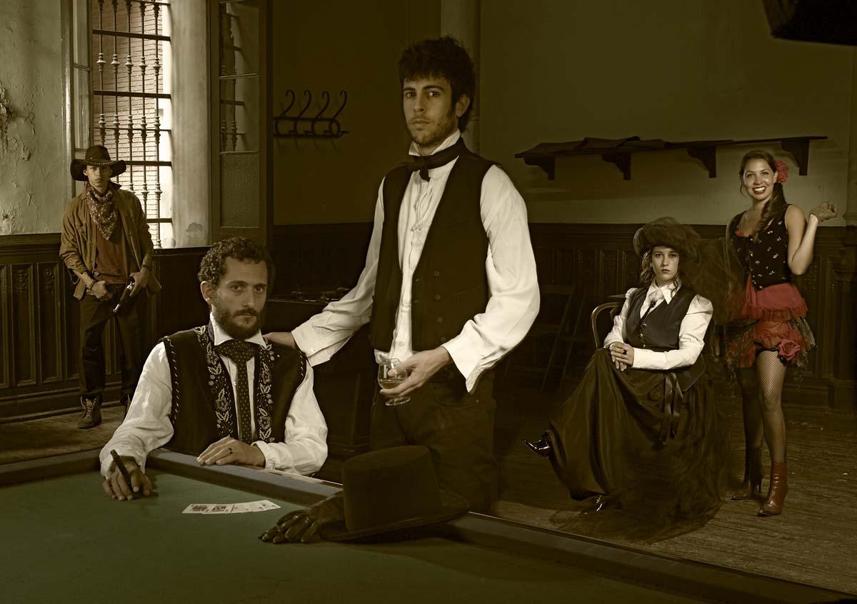 Clas de fotomontajes Tiziano, Guillermo, Nuria, Kamila y Manuel en la vieja Violeta.
