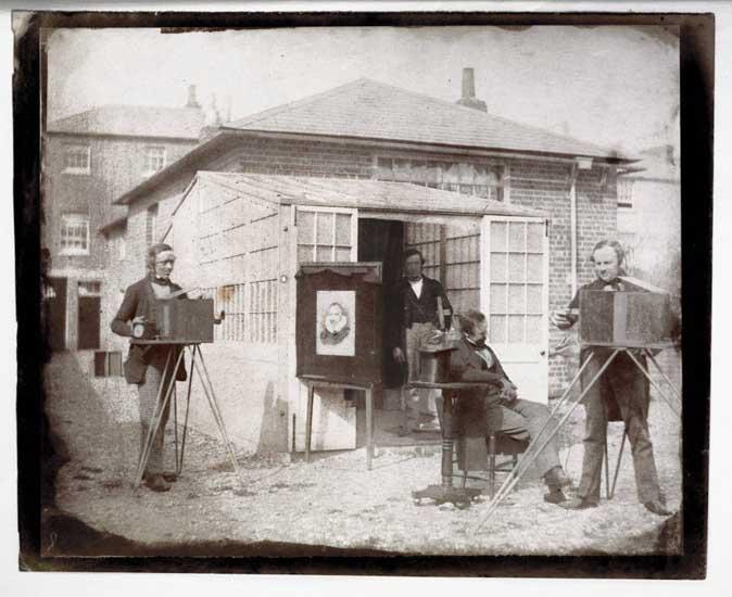 Fox Talbot realizando un talbotipo en 1845, en Reading