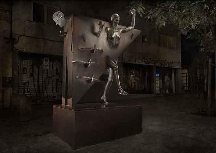 Homenaje a Mercè Rodoreda en la plaça del Diamant. Estatua de la Colometa.