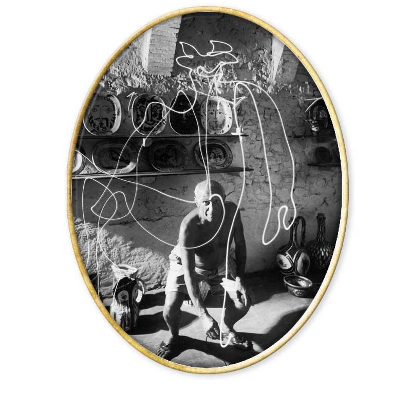 Gjon Mili (28 de noviembre de 1904 - 14 de febrero de 1984) fue un fotógrafo albanés que desarrolló su carrera en Estados Unidos.1 2 Su infancia la pasó en Rumanía y con 19 años se trasladó a Estados Unidos donde estudió Ingeniería en elInstituto Tecnológico de Massachusetts.