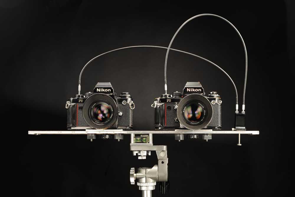 La fotografía en 3D  se basa en la captura de dos imágenes, una más a la izquierda y otra más a la derecha. Las imágenes son presentadas en visores que consiguen que cada ojo perciba la captura de su lado.