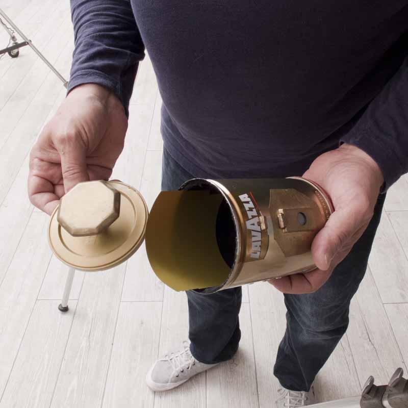 Carga de la película en el interior de la cámara.