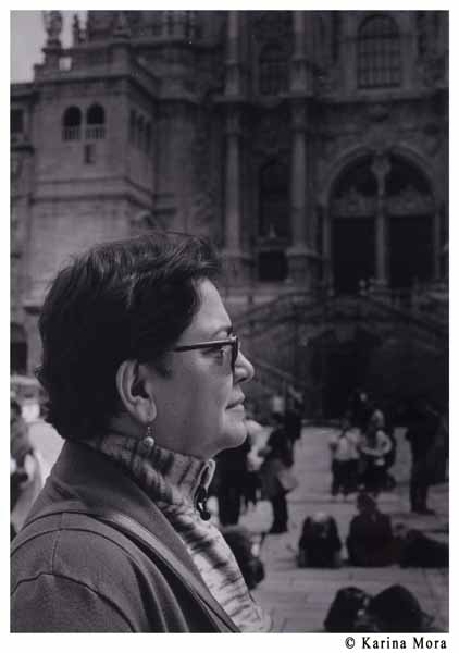 Mi madre frente al Obradoiro. ©Karina Mora.