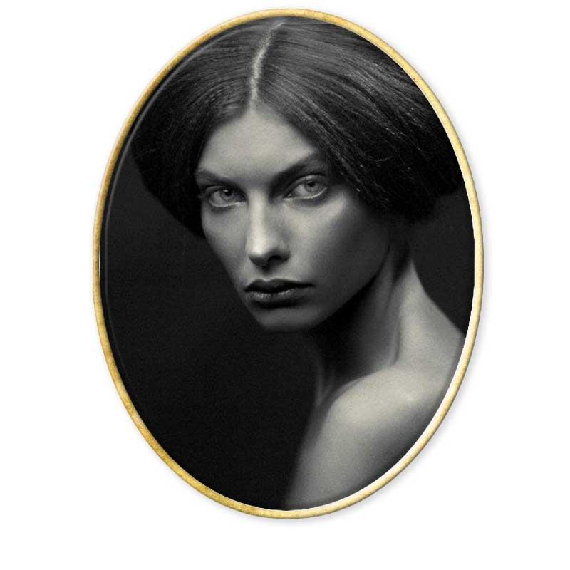 aprender fotografía en Barcelona. Alina Lebedeva es una fotógrafa rusa, con un impresionante portfolio lleno de retratos femeninos de sorprendente y melancólica belleza. Sus fotografías alternan el blanco y negro y el color, así como el desnudo y la moda. Sus modelos parecen haber perdido la sonrisa sumidas en un mundo de luces y sombras que ella crea tanto en estudio como en exteriores. De la misma forma, estas respiran erotismo y sensualidad, fragilidad y cierta decadencia que hace de sus mujeres extraños seres en perfecta armonía con un mundo que no parece intimidarlas. www.alina-lebedeva.ru/ Recopilación del Aula de Especialización Fotográfica. www.aulafoto.com