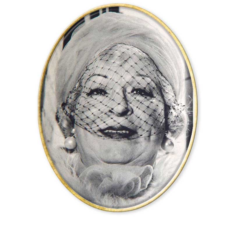 """Retrato Diane Arbus""""La fotografía es un secreto que habla de un secreto. Cuanto más te dice, menos te enteras."""", Diane Arbus.Diane Arbus fue una mujer de especial talento que hizo que la fotografía se convirtiera en una mirada hacia lo diferente. Nació en la ciudad de Nueva York el 14 de marzo de 1923, donde creció en un ambiente de riqueza, protegida y aislada. Se educó en las escuelas más progresivas de Manhattan.A los catorce años conoció a Allan Arbus, de diecinueve años y que trabajaba para su padre, y a los dieciocho, en 1941, se casó con él en contra de los deseos de sus progenitores. Dos años después Allan empezó a enseñarle fotografía y fue en el pequeño lavabo de su apartamento donde se pasaba horas revelando.Tuvo a Doon, su primera hija a los veintidós años. La pareja comenzó realizando fotografías por encargo para el negocio de los padres de Diane. Poco a poco las fotografías tanto de Diane como las de su esposo fueron apareciendo en revistas importantes como Vogue. En 1946, después de la II Guerra Mundial, abrió junto con su marido un estudio de fotografía de modas que tuvo mucho éxito. Después de once años de trabajar en algo que no le gustaba, lo dejó para poder desarrollar su personal idea de la fotografía.En ese tiempo el fotoperiodismo era la pauta a seguir, era una moda indiscutible. La foto como una poética de la vida cotidiana. Los fotógrafos del momento eran Cartier-Bresson y Elliot Erwin. Además ya asomaban promesas jóvenes como Irving Penn y Richard Avendon; incluso Stanley Kubrick efectuaba sus primeros pasos en fotografía.En 1957 empezó a trabajar independientemente al mismo tiempo que su matrimonio se desmoronaba. En 1958 se influenció por Marvin Israel y Richard Avedon. Estudió fotografía en la New School y a partir de ese año su trabajo sufrió un viraje radical tras su asistencia a las clases de Lisette Model.Los paralelismos entre ambas fotógrafas son bastantes acentuados. Lisette Model era hija de padres ricos. Nació en Viena. Era judí"""