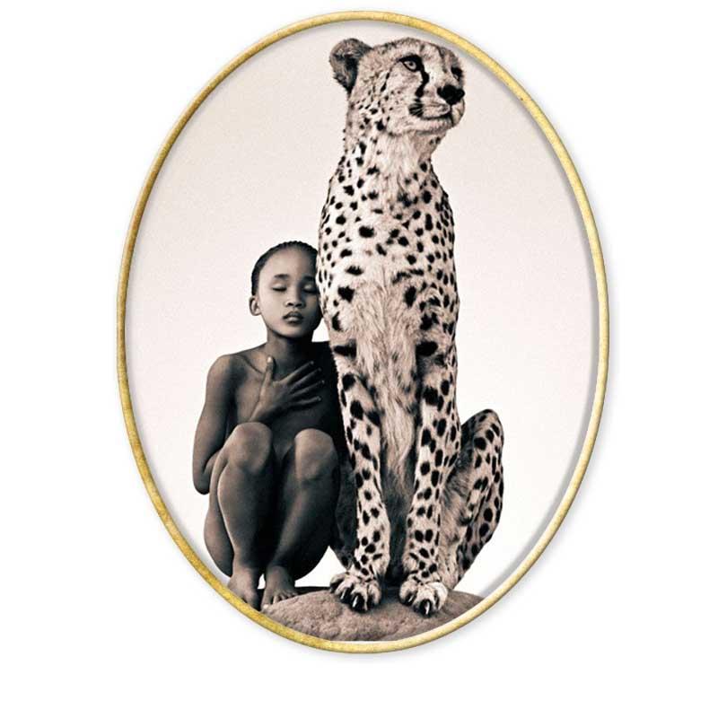 """Gregory Colbert """"Cuando empecé Ashes and Snow en 1992, quería explorar la relación entre el hombre y los animales desde adentro hacia afuera. Al descubrir el lenguaje compartido y las sensibilidades poéticas de todos los animales, estoy trabajando para restaurar el territorio común que existió alguna vez, cuando la gente vivía en armonía con los animales."""" """"Todas las culturas, desde los egipcios, pasando por los mayas y los nativos americanos hasta los beduinos, crearon bestiarios que les permitían expresar su relación con la naturaleza. Ashes and Snow es un bestiario del siglo veintiuno, lleno de especies de alrededor del mundo. La orquesta de la naturaleza incluye no solo al Homo sapiens, sino también a los elefantes, ballenas, manatíes, águilas, guepardos, orangutanes y muchos otros más."""" Todas las recopilaciones del Aula de Especialización Fotográfica en https://www.aulafoto.com/"""