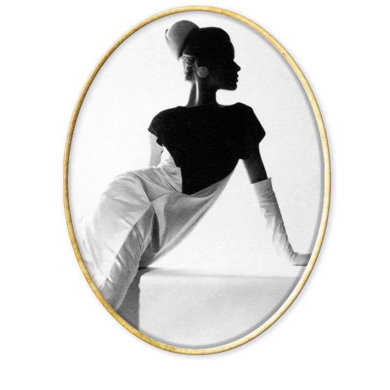 Horst P. Horst fue un fotógrafo alemán nacido en 1906. Su verdadero nombre era Horst Paul Albert Bohrmann. Estudió en la escuela de Artes comerciales de Hamburgo hasta que se mudó a París en 1930. En ese año conoció a Le Corbusier para quien trabajó de manera desinteresada. En esa época sentía más atracción por temas como la arquitectura que por la fotografía. Fue su amigo George Hoyningen - Huene, quien le introdujo en el mundo de la imagen. Janet Flanner, una reconocida periodista que trabajaba en ese momento en la revista New Yorker, descubrió sus imágenes en una pequeña exposición que Horst hizo en una librería de París. Esto le dio su primer trabajo en la revista Vogue para la que trabajó como fotógrafo de moda el resto de su vida. Horst no revolucionó el mundo de la fotografía de moda, pero lo perfeccionó con sus imágenes. El aspecto más característico de su trabajo es su concepción de la belleza. Emprende intensivos estudios de las poses clásicas a través de la escultura griega y la pintura tradicional. Presta especial atención a la posición de las manos porque es consciente de que la gente no sabe qué hacer con ellas durante la sesión fotográfica. En 1937 comenzó a ser el fotógrafo oficial de la firma Chanel, cuando conoció a su fundadora Cocó Chanel. Esta relación laboral duraría más de treinta años. En el año 1939 abandona París para mudarse a Estados Unidos donde consiguió la nacionalidad americana cuatro años más tarde. Se alistó en el ejército americano donde siguió ejerciendo la profesión. Sus fotos de esa época fueron publicadas en su mayoría en la revista Belvoir Castle. En 1951 los estudios de Vogue cerraron. Eso llevo a Horst P. Horst a abrir el suyo propio. Comenzó así un intenso trabajo para la revista Casa y Jardín. De la década de los 60 destacan sus fotografías de la alta sociedad internacional. Horst murió en 1999 en Long Island, Nueva York.
