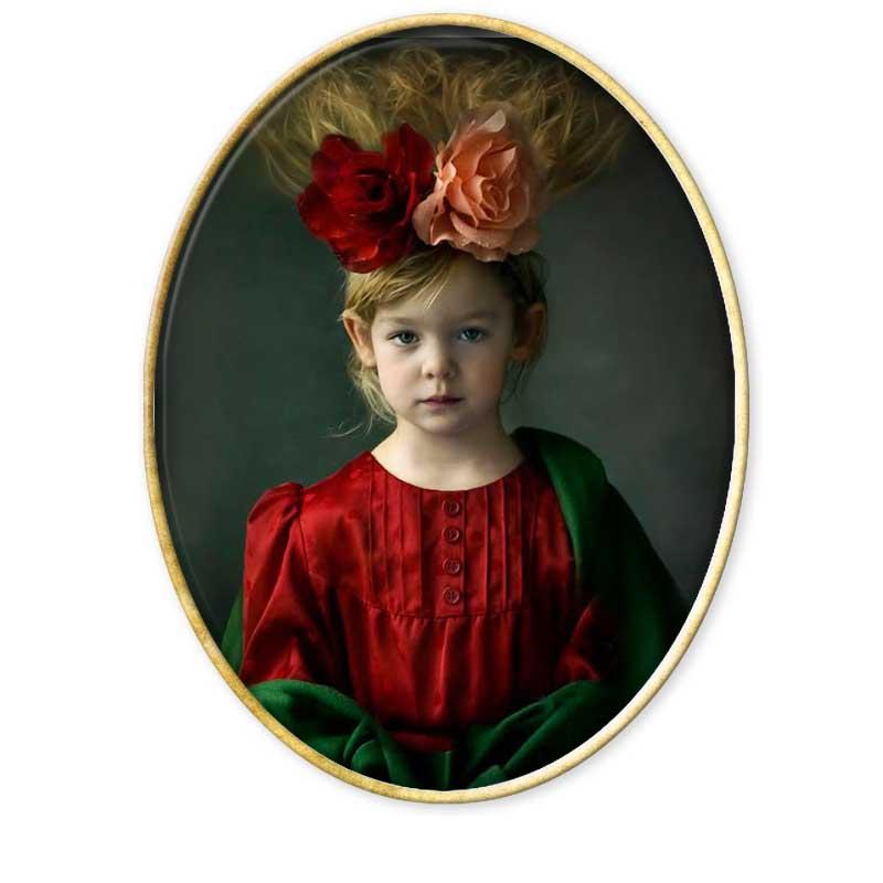 Jacqueline Roberts nacida en 1969 en París, vive y trabaja en Wincheringen, Alemania. Con un talento excepcional para captar la esencia infantil transformándola en adultez a través de montajes y retoque. Vive y trabaja en Wincheringen con su marido británico Gareth y sus tres hijos, Madoc, Malen y Emrys, que son los objetos principales de sus fotografías. Sus retratos han sido publicados en portadas de revistas, libros y álbumes musicales. Su trabajo ha sido expuesto en Francia, España, Alemania y Luxemburgo y ha ganado varios premios internacionales, como los de la International Photography de Nueva York o el de la Photographie de París. Jacqueline es autodidacta y trabaja con distintos medios fotográficos tanto digitales como analógicos, así como con técnicas fotográficas del siglo XIX, colodión húmedo y ambrotipos. Actualmente prepara la monografía Kindred Spirits (Almas gemelas)