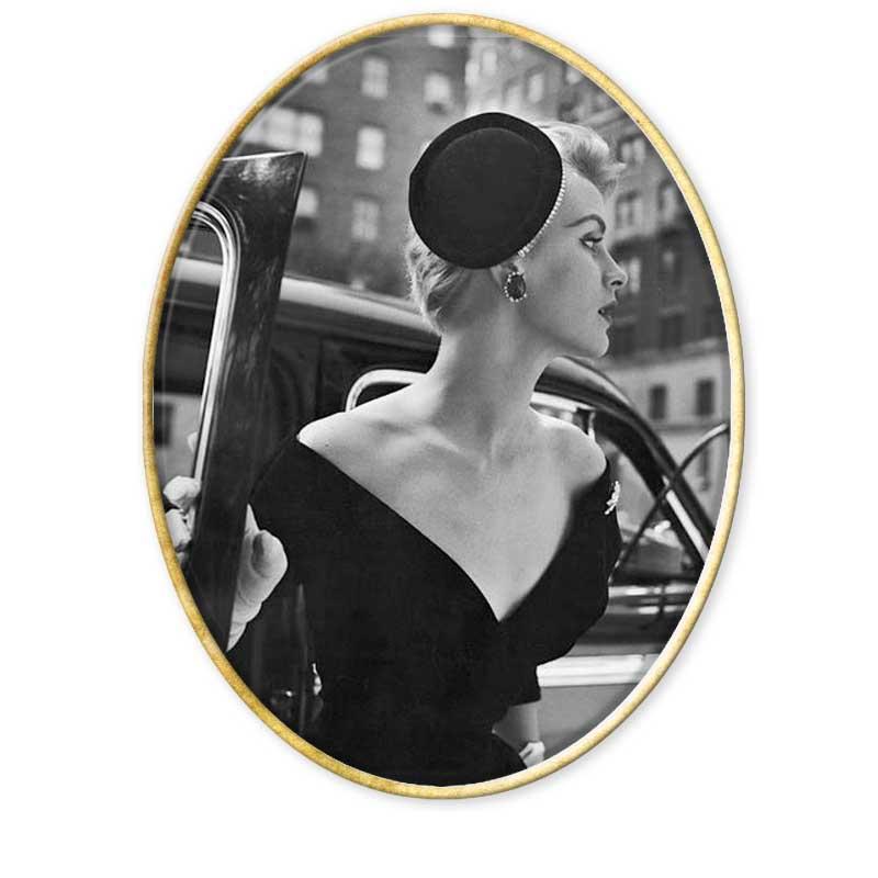 Nació en Rusia en 1913, vivió en Alemania, Suiza e Italia. Muy joven se hizo con una Rolleiflex, y jamás se separaría de ella.