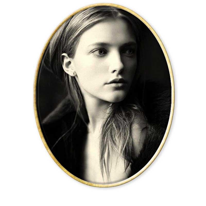 """Grandes retratistas. Paolo Roversi es un fotógrafo de moda italiano (nacido en Ravena en 1947, vive y trabaja en París desde 1973) cuyo estilo y técnica son inconfundibles, prefiriendo trabajar en estudio y el uso de la película Polaroid de gran formato. · Su interés en la fotografía le llegó siendo un adolescente en un viaje a España en 1964. · De vuelta a casa montó un cuarto oscuro con su amigo Battista Minguzzi y comenzó a desarrollar su trabajo en blanco y negro. · Trabajó y aprendió con el fotógrafo profesional Nevio Natali. · En 1970 empezó a colaborar con la agencia Associated Press: su primer trabajo fue cubrir el funeral de Ezra Pound en Venecia. · También en 1970 abrió con su amigo Giancarlo Gramantieri su primer estudio de retrato, fotografiando a las celebridades locales y a sus familias. · En 1971 se encontró por casualidad con Peter Knapp, el legendario director de arte de la revista Elle, que en 1973 le invitó a visitar París, ciudad que ya nunca abandonó. · En París comenzó a trabajar para la agencia Huppert pero, poco a poco, fue aproximándose cada vez más a la fotografía de moda. · En 1974 el fotógrafo inglés Lawrence Sackmann tomó a Paolo como asistente, lo que le permitió aprender creatividad. Sackmann era muy exigente y difícil, pero decía: """"Tu trípode y cámara deben estar bien fijos, pero tus ojos y mente deben ser libres"""". · A los 9 meses Roversi pasó a trabajar por su cuenta, en pequeños trabajos aquí y allí y paraElle y Depeche Mode hasta que Marie Claire le publicó su primer trabajo importante en la moda. · En 1980 una campaña para Christian Dior le hizo conocido a nivel mundial. · En este mismo año comenzó a trabajar con el formato 8 x 10"""" Polaroid lo que sería su marca personal. · Ha publicado los siguientes libros: o 2006 - Studio, o 2000 - Libretto, o 1999 – Nudi o 1995 - Al Moukalla, o 1994 – Paolo Roversi o 1993 - Angeli, o 1989 - Una Donna, · Ha recibido los siguientes premios: o 2001 - China Fashion Awards o 1996 - Trophée de la Mo"""