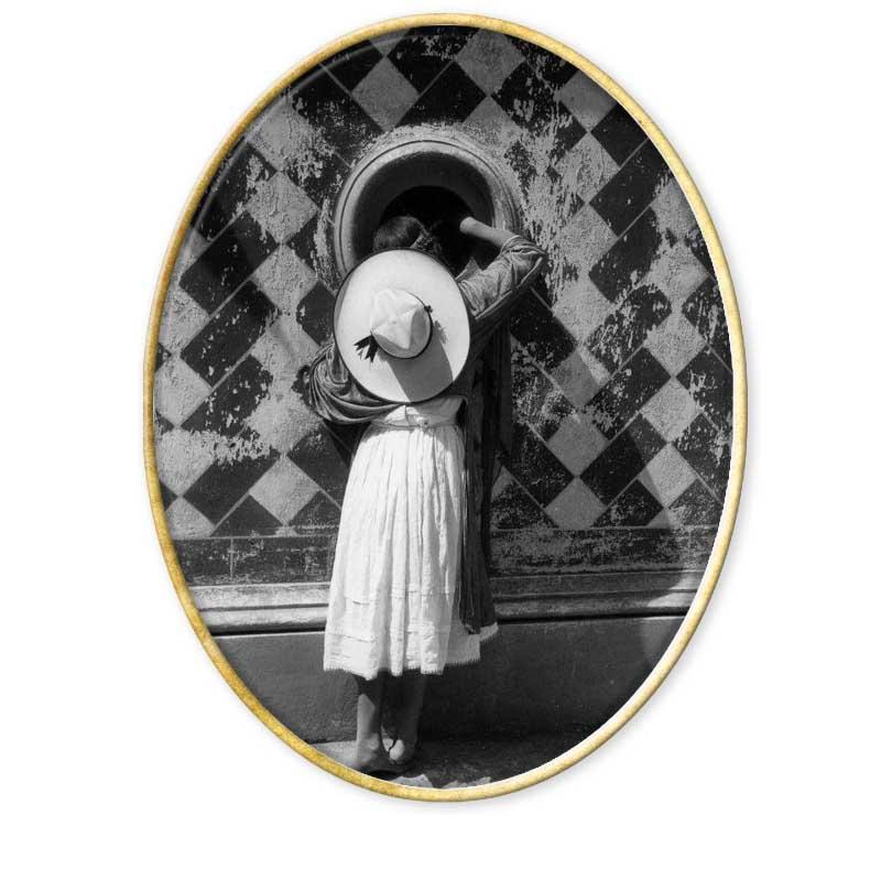 Nació el 4 de febrero de 1902 en la ciudad de México, su padre fue un profesor, que de vez en cuando se dedicaba a la fotografía y a la pintura.