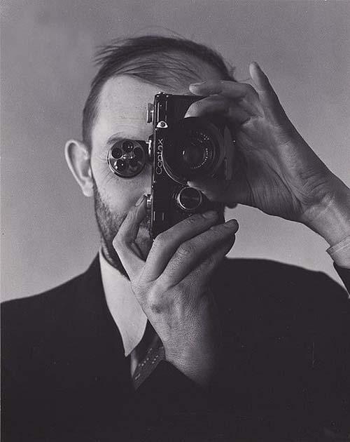 © Foto de Edward Weston. Ansel Adams, depois de adquirir uma câmera Contax, 1936.