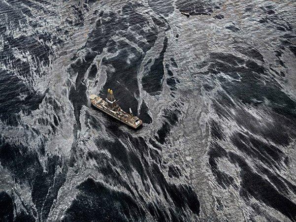 """""""Derrame de petróleo # 2"""", Discoverer Enterprise, Golfo de México, 11 de mayo de 2010. ( Edward Burtynsky )"""